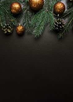 Christmas composition of green fir tree branches with gold baubles Free Photo Christmas Tree Wallpaper Iphone, Xmas Wallpaper, Fir Tree, Tree Branches, Wallpaper Natal, Merry Christmas Background, Christmas Mood, Beach Christmas, Holiday Tops