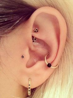 A tragus piercing is a very subtle form of body modification. Most tragus earrings are low-key and small, although there are a few designs out there meant to dazzle. People who see it might even dismiss it as a common earlobe piercing… Conch Piercings, Piercing No Lóbulo, Piercing Oreille Cartilage, Outer Conch Piercing, Unique Ear Piercings, Piercing Tattoo, Multiple Ear Piercings, Body Piercings, Piercings For Small Ears