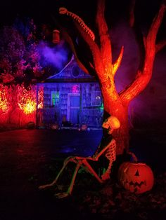 Spooky lighting ideas for halloween night 2019 00009 ~ Home Decoration Inspiration Halloween Party Decor, Halloween House, Halloween Night, Holidays Halloween, Spooky Halloween, Halloween Themes, Vintage Halloween, Happy Halloween, Halloween Lighting