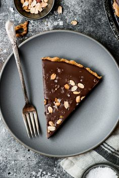 This vegan & gluten free Chocolate Peanut Butter Pretzel Tart is made with 6 simple ingredients, comes together quickly, AND it's no bake. Chocolate Sin Gluten, Best Chocolate Cake, Chocolate Peanut Butter, Chocolate Desserts, Chocolate Tarts, Gluten Free Desserts, Vegan Desserts, Easy Desserts, Plated Desserts