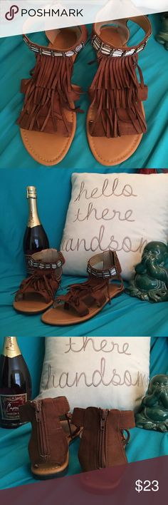 Minnetonka type sandal size 7 Adorable Minnetonka type sandal size 7, great with a pair of leggings city classified Shoes Sandals