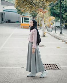 47 Combination Tricks Hijab Vintage For Women The common misconception is that Islamic clothes for women are based on 'old-fashioned' principles. The truth is that Islamic clothing, […] - Awesome 47 Combination Tricks Hijab Vintage For Women Modern Hijab Fashion, Street Hijab Fashion, Hijab Fashion Inspiration, Muslim Fashion, Modest Fashion, Skirt Fashion, Fashion Outfits, Hijab Casual, Hijab Chic