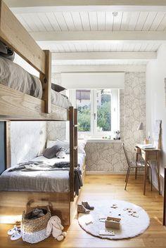La etaj sunt situate dormitoarele, iar cel al copiilor este mic, dar excelent exploatat prin mobilare. Pentru senzația de luminozitate plafonul este vopsit în alb, iar în zona ferestrei, pentru a se continua albul, s-a îmbrăcat peretele cu gips-carton pentru a putea fi montat apoi un tapet. Un model grafic, vegetal, care arată bine și într-o cameră dedicată copiilor.