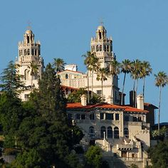 Hearst Castle use to belong to Randolph Hearst, father of Patty Hearst. Hearst Castle was their vacation home and one of the historical landmarks in California. It is also the only castle in the whole United States of America. Wonderful Places, Great Places, Places To See, Beautiful Places, Beautiful Homes, Lac Tahoe, San Simon, Castle Pictures, California Dreamin'