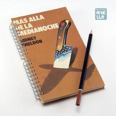 Libreta hecha a mano reciclando las tapas de un viejo ejemplar de la novela «Más allá de la media noche».