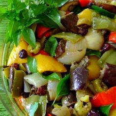Receita de Salada de Berinjela - 1 xícara (chá) de vinagre de vinho branco, passas sem sementes, pretas ou brancas (50 g), azeitonas verdes fatiadas (100g), ...