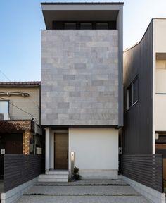 中二階のある都会的な家 | 注文住宅の施工実績 | 名古屋市中村区・中川区の住宅会社KAZA DESIGN Small House Exteriors, Modern Tiny House, Small House Design, Japanese Architecture, Art And Architecture, Exterior Wall Tiles, Stone Facade, Small Buildings, Minimalist Home