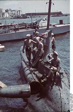 1942, Ukraine, Crimée, Un sous-marin italien de poche dans un port près d'une vedette rapide allemande |