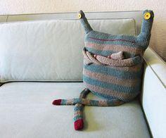 Ооочень симпатичный вязаный подушка / Подушки / Своими руками - выкройки, переделка одежды, декор интерьера своими руками - от ВТОРАЯ УЛИЦА