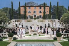 Chanel Couture Spring 2019 Fashion Show . Designer looks from the Spring 2019 Couture runway shows from Paris Couture Fashion Week Chanel Couture, Diva Fashion, Fashion Show, Fashion Week, Karl Lagerfeld, Travel Divas, Stained Glass Rose, Himeji Castle, Asia City