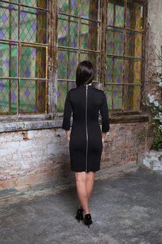Чёрное офисное платье Чёрное платье со змейкой во всю спину Прилегающего силуэта Рукав: 3/4 Состав: 72% Вискоза, 24% Нейлон, 4% Спандек Длина по спинке: 88 см Цвет: чёрный