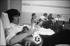 george_harrison_and_the_beatles_in_background.jpg (640×429)