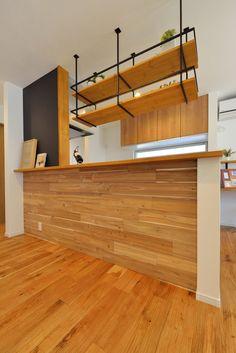 キッチン 腰壁には『ホワイトウォールナット』の羽目板でアクセント。上部に設けた吊り棚はアイアンの強さと素材の美しさが際立つオリジナルのデザイン。 #キッチン#アイアン#アイアンシェルフ#羽目板#腰壁#無垢#おしゃれ#カフェ風