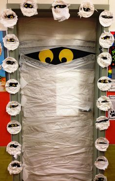 Easy and creative halloween diy door decorations at school 55 ~ Home Design Ideas Deco Porte Halloween, Fröhliches Halloween, Adornos Halloween, Halloween Themes, Halloween Classroom Door, Halloween Bulletin Boards, Halloween Door Decorations, School Door Decorations, Fall Classroom Decorations