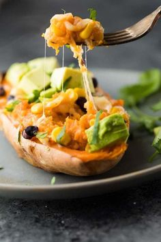 Vegan meals 502503270914716501 - Enchilada Stuffed Sweet Potatoes that can go directly from the freezer into your oven! Make them ahead for an easy (vegetarian) meal prep lunch or dinner. Vegetarian Meal Prep, Lunch Meal Prep, Vegetarian Recipes Easy, Healthy Meal Prep, Lunch Recipes, Healthy Recipes, Healthy Meals For Dinner, Vegan Meals, Vegetable Recipes