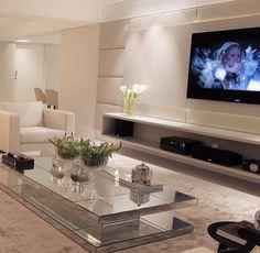 Sala de tv com mesa de centro espelhada #homedecor #living #tvlounge…