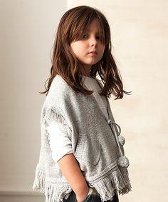 Poncho en color gris con bolsillos y anudado con dos cordones que terminan en un pompón. Complemento ideal para vestir igual madre e hija. Moda mini Me en #MimetteShop