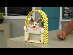 Vida com Arte | Cestinha de coelho em EVA por Solange Gobbo - Com AD e CC Solange, Bookends, Youtube, Decor, Bunny, Hampers, Fonts, Tejidos, Manualidades