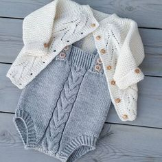 This Pin was discovered by Nil Knit Baby Dress, Knitted Baby Clothes, Cute Baby Clothes, Doll Clothes, Baby Knitting Patterns, Knitting For Kids, Cardigan Bebe, Baby Cardigan, Baby Outfits