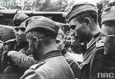Braterstwo broni - niemieccy żołnierze i radzieccy czołgiści podczas rozmowy na Placu Litewskim.
