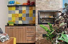 Varanda gourmet pequena - azulejos  outras cores do azulejo hidráulico mais armário sob a pia. #bar