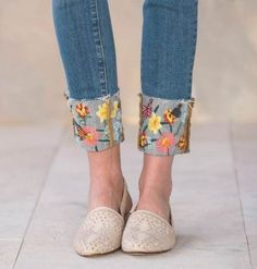 New embroidery bee jeans 45 ideas Denim And Lace, Lace Jeans, Cuffed Jeans, Diy Jeans, Jeans Refashion, Painted Jeans, Painted Clothes, Embroidery On Clothes, Jean Embroidery