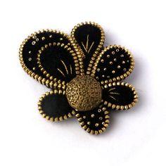 Materiali: cerniera, feltro, metallo, pulsante, perline Toho, fili metallici. Colori: nero, oro, vecchio oro. Dimensioni: 6,5 cm / 5 cm.   Mando mio jewerly in una scatola regalo.  Mi piacerebbe vi invito anche a visitare il mio blog---> http://pinki-ak.blogspot.com/  Grazie per aver visitato il mio negozio.  Aneta