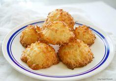 """Νόστιμη συνταγή μαγειρικής από """"foodmaniacs.gr""""     ΥΛΙΚΑ  5 & 1/2 φλιτζ. τριμμένη καρύδα  1 κουτί ζαχαρούχο γάλα  2-3 κ.γ. εκχύλισμα βανίλιας    Εκτέλεση  Προθερμαίνετε το φούρνο στους 165° C. Απλώνετε λαδόκολλα σε ένα ταψί ψησίματος.    Ανακατέψτε όλα τα υλικά καλά, σε ένα μπολ.    Λαδώστε"""