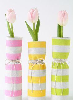 Frühlingsdeko in Glasflaschen mit zartrosa Tulpen