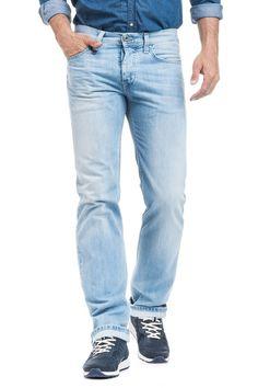 É o fit universal da Salsa para homem. A conciliação entre cinta baixa e perna reta deste jeans, cria o visual perfeito para vestir no dia-a-dia. Os bolsos traseiros ligeiramente descaídos dão a estes jeans um ar descontraído. Este modelo é ideal para o H
