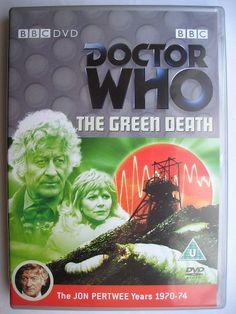 """""""The Green Death"""" è l'ultima avventura della decima stagione della serie classica di """"Doctor Who"""" trasmessa nel 1973 con il Terzo Dottore e Jo Grant. Segue """"Planet of the Daleks"""" ed è un'avventura composta da sei parti scritta da Robert Sloman e diretta da Michael E. Briant. Immagine dall'edizione britannica del DVD. Clicca per leggere una recensione di quest'avventura!"""