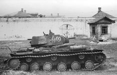 Советский танк КВ-1 из 4-й танковой бригады, подбитый немецкой артиллерией в городе Мценск [1]