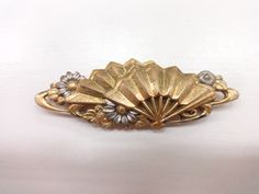 Antique gold ornament worn over an obi. Design of flowers and fans: アンティーク 花に扇帯留(純金張)