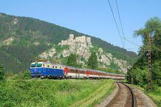 Slovenský vlak pod hradem Strečno.