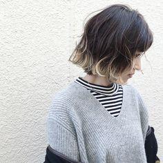 暗髪×ブリーチグラデーションカラー。仕上げは波ウェーブでルーズにスタイリング。