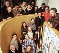 La rédaction de Charlie Hebdo en séance de pose le 25 février 2000, à Paris. Honore, Wolinski, Oncle Bernard, Luce Lapin, Francois Cavanna, Philippe Val, Xavier Pasquini, Joelle Levert, Cabu, Riss, Olivier Cyran, Antonio Fischetti, Gerard Biard, Mona Chollet, Gebe, Tignous, Charb, Luz, Bernar et Willem.