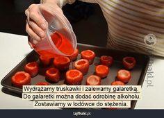 Słodka przekąska na imprezę - Wydrążamy truskawki i zalewamy galaretką.  Do galaretki można dodać odrobinę alkoholu. Zostawiamy w lodówce do stężenia.