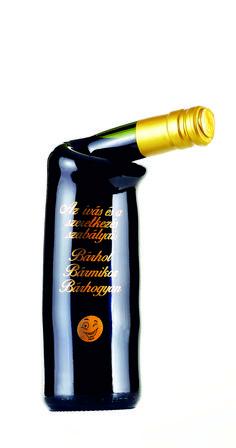 Cabernet Sauvignon száraz vörösborral töltött palack. Cabernet Sauvignon, Sauce Bottle, Soy Sauce, Bean Dip