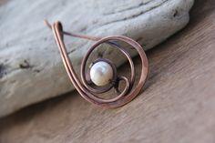 Goupille de châle belle, élégante et racée, broche foulard, broche avec ma combinaison préférée, la perle et le cuivre ! Une broche de ma
