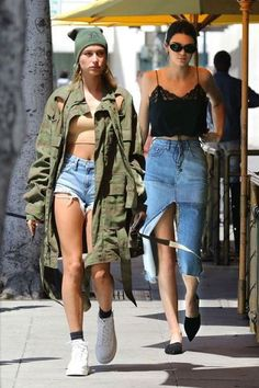 Hailey Baldwin and and Kendall Jenner in Beverly Hills, April street style. Kylie Jenner Outfits, Kendall Jenner Mode, Kris Jenner, Jenner Hair, Jenner Makeup, Autumn Fashion Casual, Casual Fall Outfits, Outfits For Teens, Summer Outfits