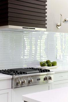 Modern Kitchen Backsplash, Glass Tile Backsplash, Backsplash Ideas, Backsplash Design, Glass Tiles, Kitchen Modern, Glass Ceramic, Kitchen White, Modern Farmhouse