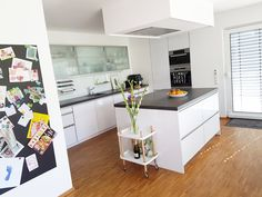 Servierwagen & Beistelltisch! Der Block Beistellwagen von Normann Copenhagen eignet sich als ideal als Servierwagen in der Küche! Aber auch im Wohn- und Schlafzimmer, wo der Wagen als Beistelltisch, Couch- oder Nachttisch eingesetzt werden kann, setzt er moderne Akzente!