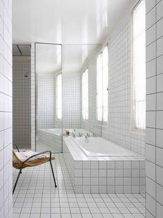 Hvide fliser i hele badeværelset