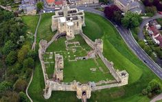 Aerial view of Warkworth Castle. Warkworth Castle is an irregular enclosure. The keep is at the north end, overlooking the town, with the bailey to the south. The current keep was built on an earlier mound, known as a motte. Warkworth Castle, Bodiam Castle, English Castles, Scottish Castles, Palaces, Motte And Bailey Castle, Castle Parts, Dover Castle, Castle Howard
