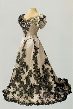 Ball gown dress of Empress Alexandra Feodorovna. 1900-1901.