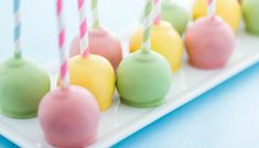 Use colored candy melts to make pastel-colored cake pops. Food Coloring Mixing Chart, Liquid Food Coloring, Chocolate Fountain Recipes, Chocolate Fountains, Cake Decorating Techniques, Cake Decorating Tutorials, Candy Melts, Cake Pops Ostern, Cakepops