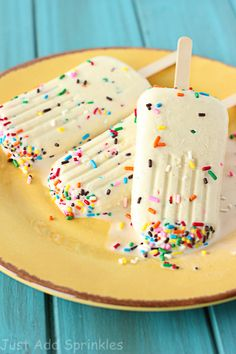 These cake batter popsicles are sweet, creamy and taste just like cake batter, garnished with plenty of sprinkles. Dessert Express, Sweets Recipes, Frozen Treats, Frozen Desserts, Frozen Cake, Brownies, Scream, Summer Snacks, Summer Treats