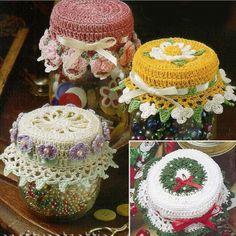 fikir vermesi adına örgü kavanoz kapağı modelleri Crochet Box, Crochet Gifts, Crochet Doilies, Crochet Yarn, Crochet Designs, Crochet Patterns, Crochet Jar Covers, Crochet Christmas Wreath, Crochet Decoration