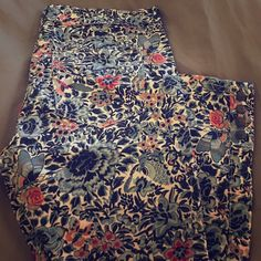 Tory Burch cropped pant Floral design with 4 button detail on the ankle. Minimally worn. No stains and never been tailored. 98%cotton/2% spandex. Tory Burch Pants Ankle & Cropped