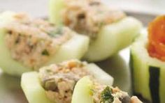 Cetrioli con cuore di salmone - La ricetta dei cetrioli con cuore di salmone affumicato è un antipasto veloce e facile da preparare, adatto a quanti amano servire piatti particolari e mai scontati anche prima di un pranzo tra amici